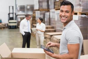 gerente sorridente usando tablet digital foto