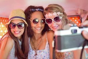 amigos de hipster em viagem foto