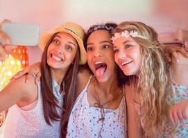 amigos de hipster em viagem tomando selfie foto