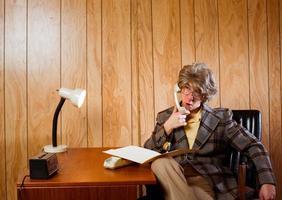 trabalhador de escritório preguiçoso no espaço de trabalho dos anos 70