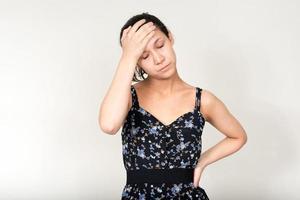 mulher bonita estressada em pé foto