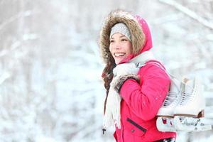 mulher de inverno patinação no gelo na neve foto