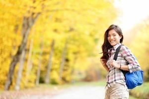 garota de caminhadas outono na floresta de outono foto