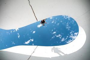 homem extremo com silhueta grande sombra foto