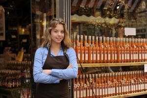 feliz proprietário de uma loja de bebidas foto