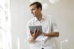 jovem com tablet no escritório foto