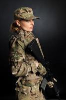 menina do exército com rifle foto