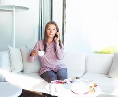 empresária falando ao telefone em um café