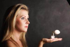 retrato mulher bonita com frasco de perfume foto