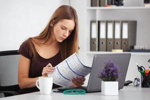 retrato de mulher de negócios jovem trabalhando em seu escritório. foto