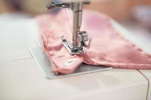 closeup na máquina de costura de costureira foto