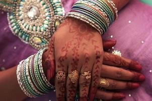 mãos de uma jovem indiana foto