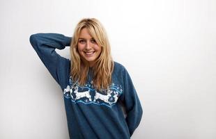 retrato de mulher feliz na camisola foto
