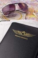 licença de piloto privado, diário de bordo, mapa e óculos de sol