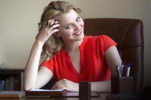 mulher de negócios bonita na cadeira foto