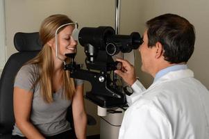 oftalmologista com paciente jovem foto