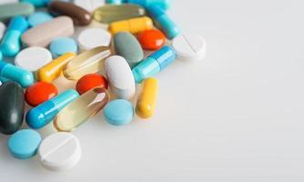 composição com pílulas coloridas e fundo cinza claro. foto