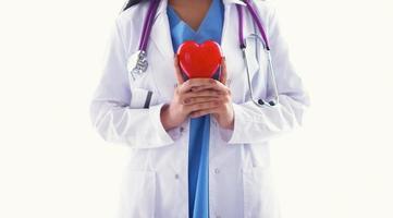 médico com estetoscópio segurando coração, isolado no fundo branco foto