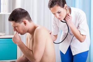 homem tossindo, tendo o exame foto