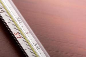 termômetro em cima da mesa foto