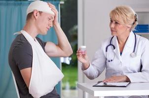 dando pílulas para dor de cabeça foto