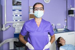 assistente dental com uma máscara foto