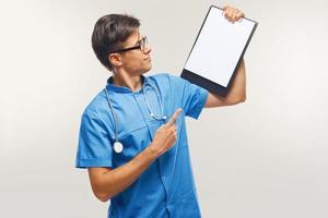 médico mostrando a área de transferência sobre fundo branco foto