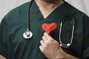 médico com um coração vermelho foto