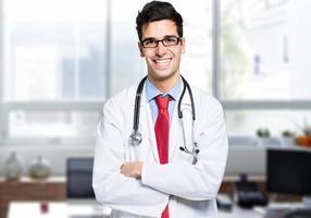 jovem médico bonito foto