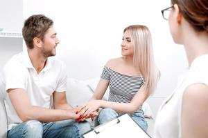 jovem casal no psicólogo foto