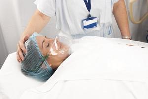 paciente bonito recebe anestesia foto