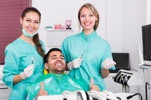 paciente feliz na clínica odontológica foto