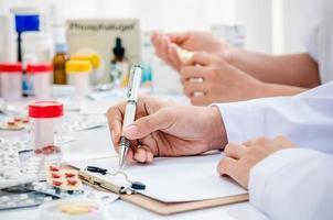 farmacêuticos trabalhando no escritório foto