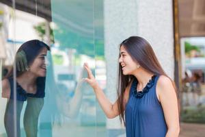 janela de menina adolescente biracial compras em ambiente urbano no centro