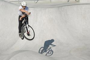adolescente no parque de skate foto