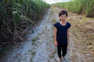 menina andando na estrada reta
