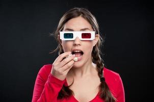 adolescente assistindo um filme em 3d foto