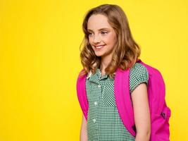 menina da escola com mochila foto