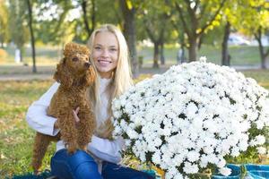 menina adolescente e seu poodle vermelho foto