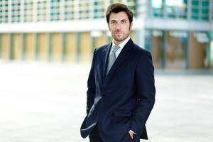 gerente masculino confiante ao ar livre foto