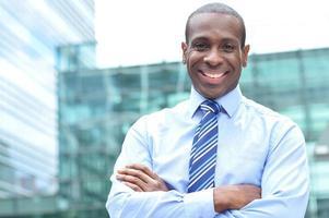 sorrindo executivo masculino ao ar livre foto