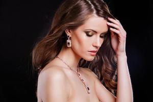 retrato de uma bela modelo com acessórios de luxo