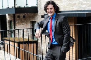 profissional masculino inteligente, posando casualmente, ao ar livre foto