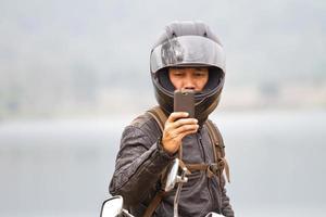 câmera do telefone móvel em mãos masculinas