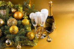 relógio de bolso champanhe e decorações festivas foto
