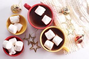 bebida de chocolate quente com decorações de celebração foto