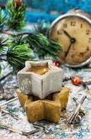 relógio antiquado e brinquedo de natal foto