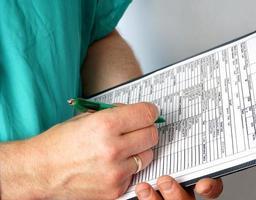 médico com ficha médica e estetoscópio