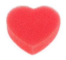 esponja para banho em forma de coração isolada foto
