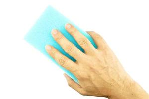 mão segure a limpeza de esponja azul